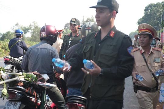 Người đi đường bất ngờ khi được CSGT Đồng Nai tặng nước, khăn lạnh  - Ảnh 5.