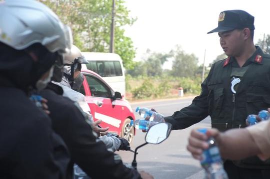 Người đi đường bất ngờ khi được CSGT Đồng Nai tặng nước, khăn lạnh  - Ảnh 6.