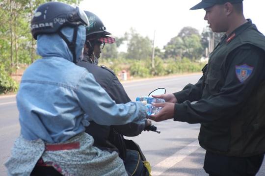 Người đi đường bất ngờ khi được CSGT Đồng Nai tặng nước, khăn lạnh  - Ảnh 12.