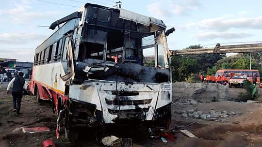 Ấn Độ: Xe buýt đâm xe lam rồi lao xuống giếng, 58 người thương vong - Ảnh 1.