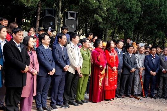 Hàng vạn du khách đổ về khai hội chùa Hương - Ảnh 1.