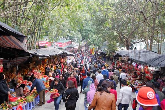 Hàng vạn du khách đổ về khai hội chùa Hương - Ảnh 5.