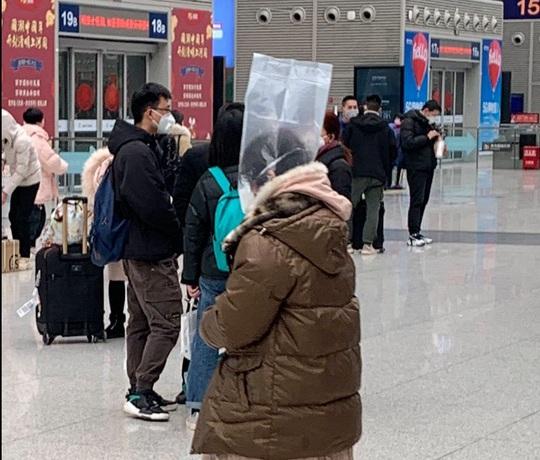Trung Quốc: Tài xế taxi mặc bảo hộ kín mít, người dân đội thùng nhựa ra đường - Ảnh 7.