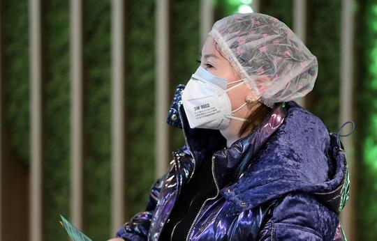 Trung Quốc: Tài xế taxi mặc bảo hộ kín mít, người dân đội thùng nhựa ra đường - Ảnh 9.