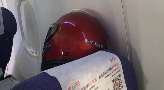 Trung Quốc: Tài xế taxi mặc bảo hộ kín mít, người dân đội thùng nhựa ra đường - Ảnh 10.
