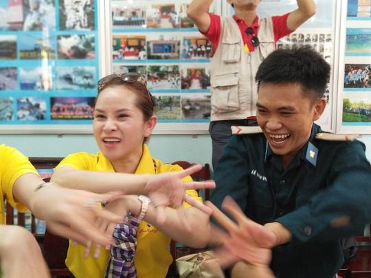 Các chiến sĩ giữ đảo Phú Quý vui hết mình trong Mùa xuân biển đảo - Ảnh 2.