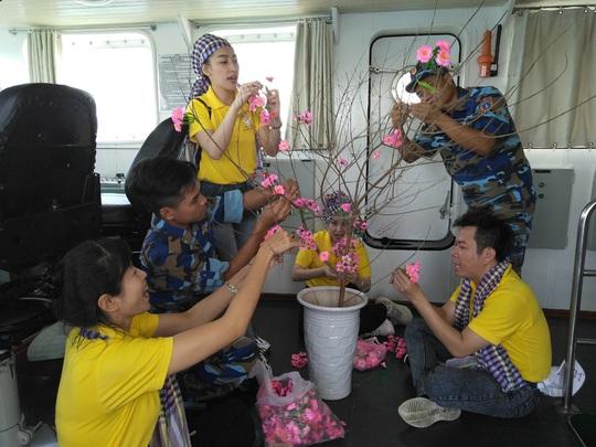 Các chiến sĩ giữ đảo Phú Quý vui hết mình trong Mùa xuân biển đảo - Ảnh 3.