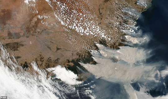 Những hình ảnh đáng kinh ngạc của cháy rừng Úc nhìn từ trên cao - Ảnh 3.