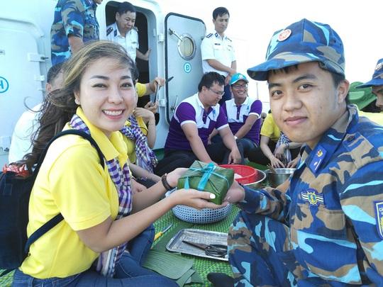 Các chiến sĩ giữ đảo Phú Quý vui hết mình trong Mùa xuân biển đảo - Ảnh 6.