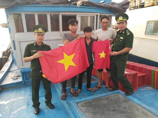 Thiêng liêng trao cờ Tổ quốc trên đảo tiền tiêu Phú Quý - Ảnh 5.