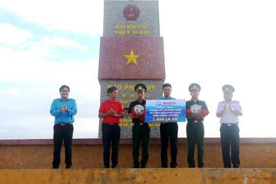 Thiêng liêng trao cờ Tổ quốc trên đảo tiền tiêu Phú Quý - Ảnh 4.