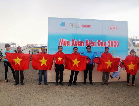 Thiêng liêng trao cờ Tổ quốc trên đảo tiền tiêu Phú Quý - Ảnh 12.