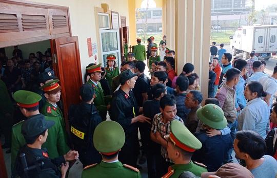 Hàng chục cảnh sát bảo vệ phiên xét xử vụ hỗn chiến gây náo loạn biển Hải Tiến - Ảnh 2.