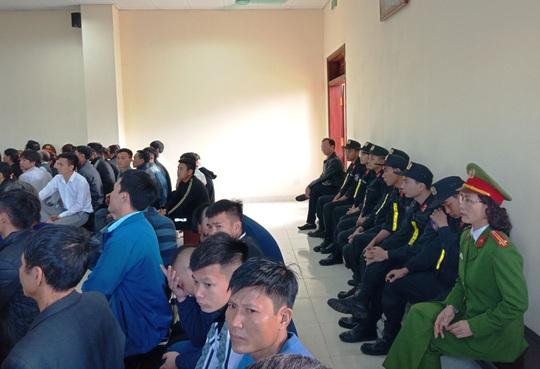 Hàng chục cảnh sát bảo vệ phiên xét xử vụ hỗn chiến gây náo loạn biển Hải Tiến - Ảnh 4.