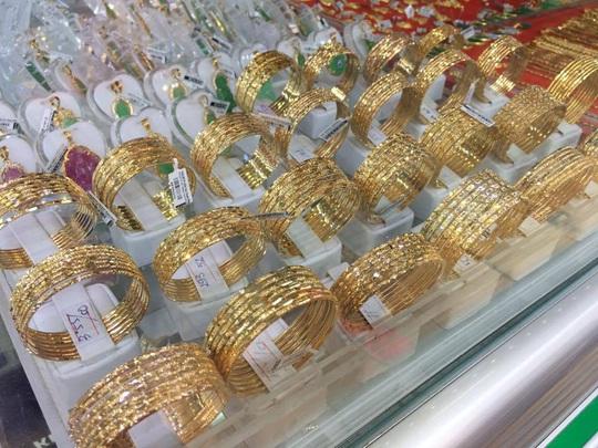 Đầu tuần, giá vàng SJC tiếp tục giảm - Ảnh 1.