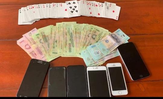 Đánh bài ăn tiền sau liên hoan tất niên cuối năm, 12 người bị công an tóm gọn - Ảnh 2.