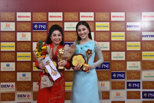 Vợ chồng Lâm Vỹ Dạ lao vào vòng tay fan mừng Mai Vàng - Ảnh 9.