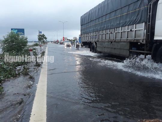 CLIP: Nước lũ đã băng qua Quốc lộ 1 ở Quảng Nam - Ảnh 3.