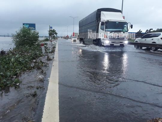 CLIP: Nước lũ đã băng qua Quốc lộ 1 ở Quảng Nam - Ảnh 2.