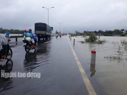 CLIP: Nước lũ đã băng qua Quốc lộ 1 ở Quảng Nam - Ảnh 1.