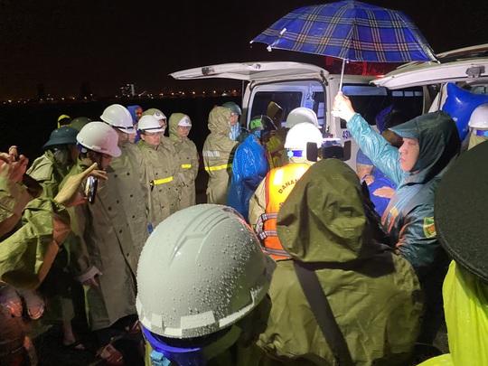 Lũ lụt miền Trung: 4 tàu cá Đà Nẵng bị chìm, 2 người mất tích - Ảnh 1.