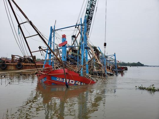 Tìm thấy thi thể 2 ngư dân mất tích trong mưa lũ ở Quảng Nam - Ảnh 2.
