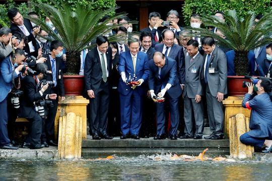 Thủ tướng Nhật Bản thăm Nhà sàn, Ao cá Bác Hồ - Ảnh 5.