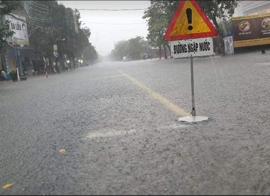 Hồ Kẻ Gỗ xả lũ, Hà Tĩnh sơ tán khẩn cấp gần 15.000 hộ dân - Ảnh 3.