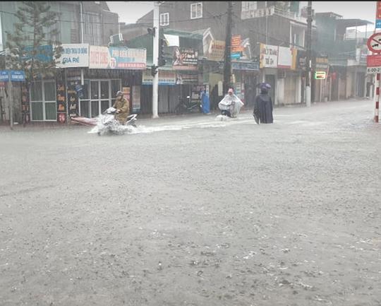 """CLIP: Mưa trắng trời, các tuyến đường TP Hà Tĩnh thành """"sông"""" - Ảnh 3."""