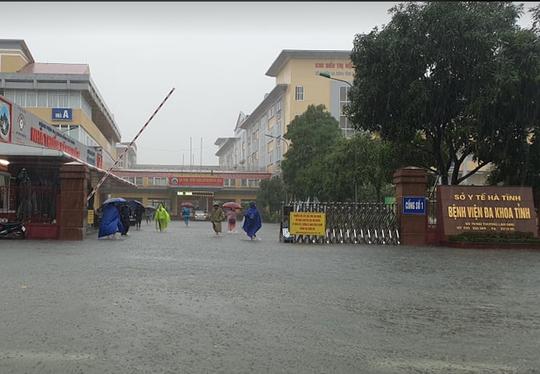 """CLIP: Mưa trắng trời, các tuyến đường TP Hà Tĩnh thành """"sông"""" - Ảnh 8."""