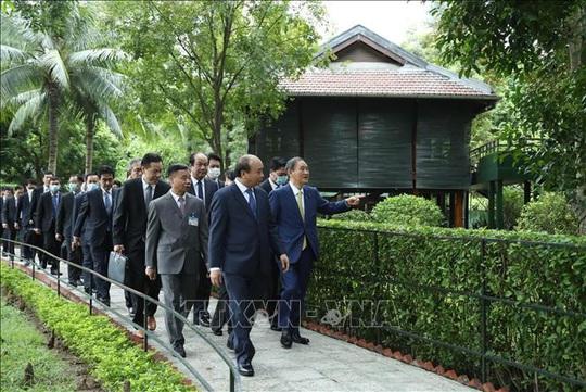Thủ tướng Nhật Bản thăm Nhà sàn, Ao cá Bác Hồ - Ảnh 11.