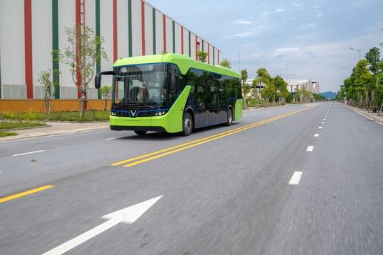 Xe buýt điện VinFast chính thức chạy thử nghiệm - Ảnh 1.