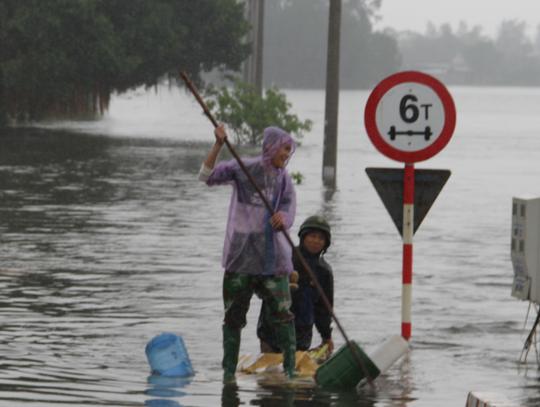 Hà Tĩnh nói gì về việc hồ Kẻ Gỗ xả lũ trong mưa lũ lịch sử? - Ảnh 2.