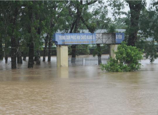 Mưa lũ lịch sử, hồ Kẻ Gỗ xả lũ, huyện Cẩm Xuyên thiệt hại hơn 1.100 tỉ đồng - Ảnh 1.