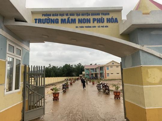 """Quảng Bình: Rác thải, bùn đất chất từng lớp 'bủa vây"""" trường lớp sau khi lũ rút - Ảnh 4."""