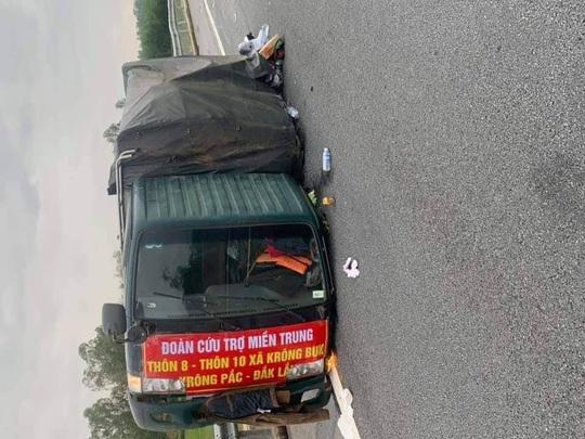 Xe chở bánh tét, bánh kẹo hướng về miền Trung gặp nạn trên cao tốc - Ảnh 2.