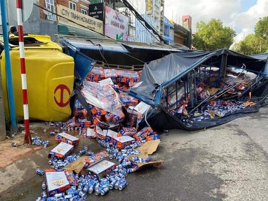 Xe tải chở bia trôi tự do gây tai nạn náo loạn phố Đà Lạt - Ảnh 10.