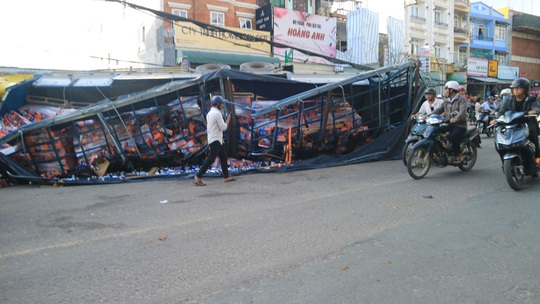 Xe tải chở bia trôi tự do gây tai nạn náo loạn phố Đà Lạt - Ảnh 1.