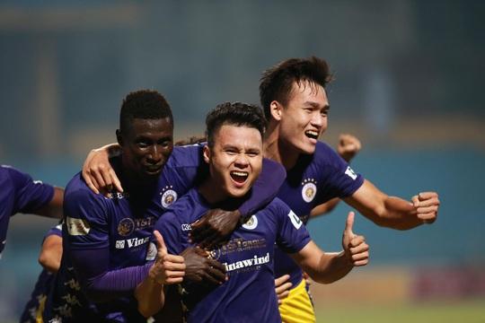 Quang Hải đưa Hà Nội FC dẫn đầu bảng - Ảnh 1.