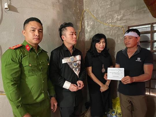 Ca sĩ Thanh Lam, Tùng Dương tặng mỗi gia đình thiệt hại do mưa lũ ở Hà Tĩnh 10 triệu đồng - Ảnh 1.