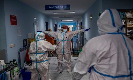 Covid-19 ở châu Âu: Ca nhiễm mới tăng kinh hoàng, dịch kéo dài tới mùa hè 2021 - Ảnh 1.