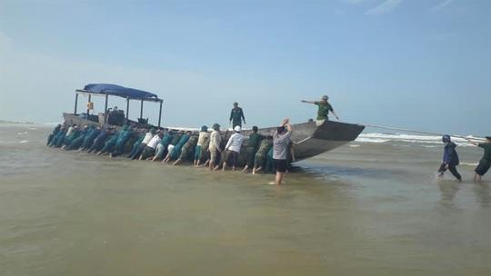 Có gì trên chiếc tàu gỗ không người dạt vào bờ biển Quảng Trị? - Ảnh 1.