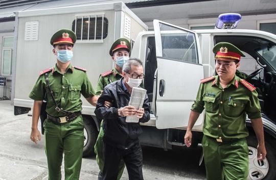 Xe đặc chủng đưa các bị cáo tới toà xử 2 nguyên phó tổng giám đốc BIDV, an ninh thắt chặt - Ảnh 1.