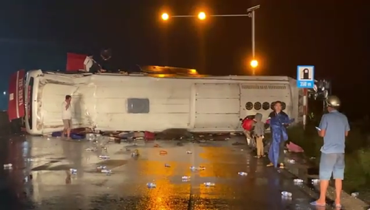 Xe khách lại gây tai nạn trên Quốc lộ 1, nhiều người mắc kẹt - Ảnh 1.