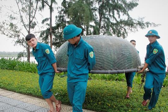 Đà Nẵng chạy đua chống bão số 9, dù trời đang nắng - Ảnh 3.