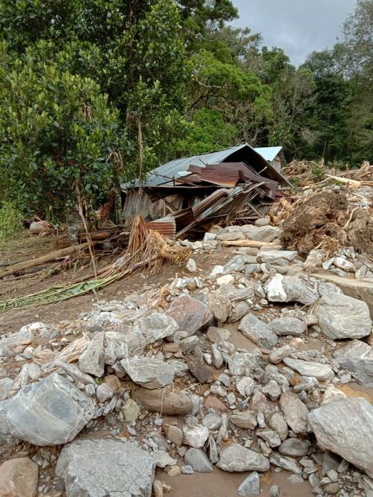 Vụ sạt lở ở Phước Sơn vùi lấp 11 người: Lực lượng cứu hộ phải ngủ lại trong rừng - Ảnh 2.