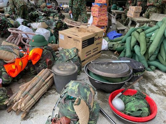 Sạt lở vùi lấp hơn 40 người ở Quảng Nam: Điều kỳ diệu, tìm được nhiều người vẫn còn sống - Ảnh 9.