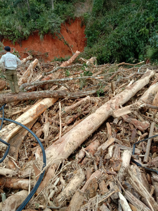 Vụ sạt lở ở Phước Sơn vùi lấp 11 người: Lực lượng cứu hộ phải ngủ lại trong rừng - Ảnh 5.
