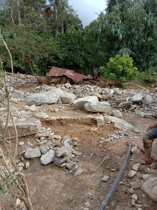 Vụ sạt lở ở Phước Sơn vùi lấp 11 người: Lực lượng cứu hộ phải ngủ lại trong rừng - Ảnh 7.