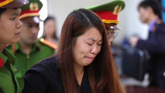 Người phụ nữ bắt cóc bé trai 2 tuổi ở Bắc Ninh bật khóc nức nở khi bị tuyên 5 năm tù - Ảnh 1.